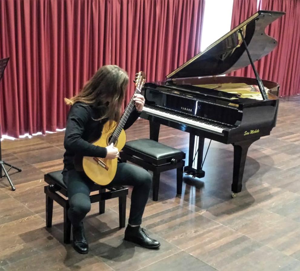 Nicolò Sala alla chitarra